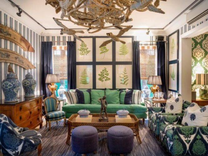 A loja mais queridinha do Brasil, Entreposto. Sala com paredes revestidas com tecido listrado de azul e branco, sofás verde e almofadas estampadas