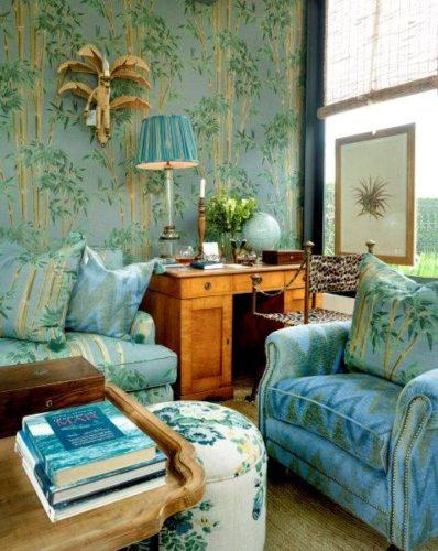 A loja mais queridinha do Brasil. Sofá estampado e a prede revestida com o mesmo tecido, fundo azul e bambus