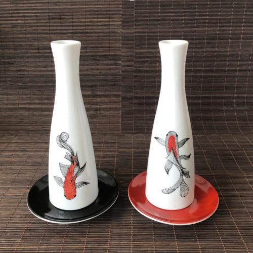 Garrafinhas de porcelana brancas com carpas pintadas a mão