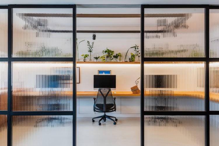 Novas formas de trabalhar, portas em esquadria preta separam o ambientes