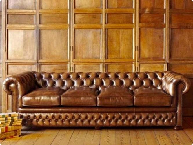 sofá Chesterfield, aquele grande, confortável e capitonê (ou botonê, cheio de botõezinhos), em couro marrom