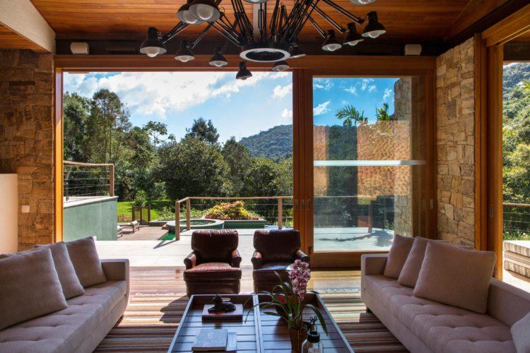 Sala ampla em casa da Serra . com vista para a montanha e piscina