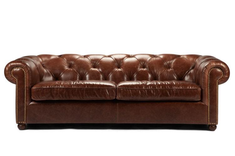 Rainha Victoria e Freud tinham sofá chesterfield como predileto. Sofá grande em couro marrom com acabamento botone