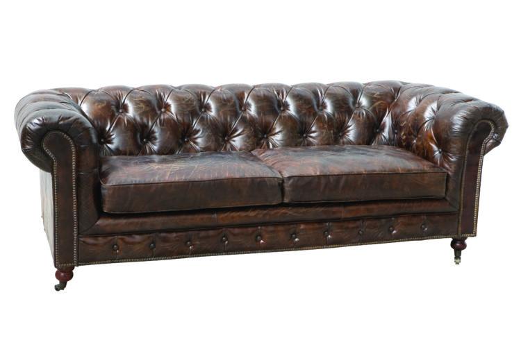 sofá Chesterfield, aquele grande, confortável e capitonê (ou botonê, cheio de botõezinhos),
