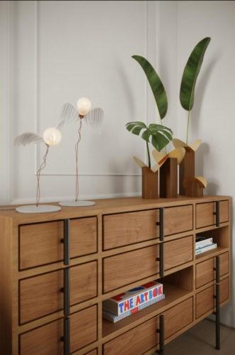 Comoda em madeira com desnho moderno, puxadores colocados na vertical ao longo da gavata