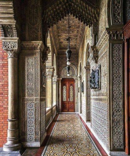Corredor no Castelo de Manguinhos, desenhos e arquitetura mourisca