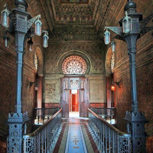 Arquitetura no interior do Castelo de Manguinhos, vitrais e clara influencia Mourisca.