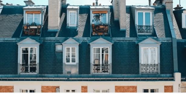 Quarto de serviço ou chambre de bonne em francês, fachada de um predio na França com varias janelinhas no ultimo andar , cada uma representa um quarto de serviço