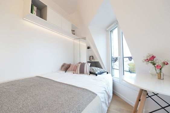 Quarto de serviço reformado e atualizado, em um apartamento na França, uma cama e uma janela .