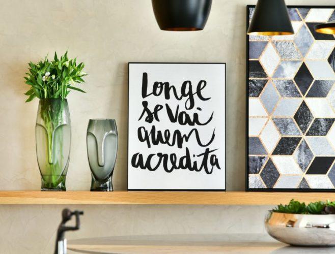 Como usar frases na decoração, um quadrinho escrito, longe se vai quem acredita, em cima de uma prateleira.