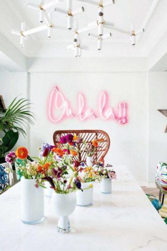 Como usar frases na decoração, na sala clara pintada de branco um neon rosa escrito Oh la la