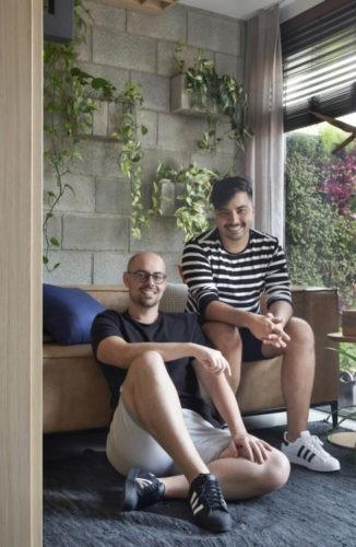 Foto do arquiteto Guilherme Galvão, sentado no sofá, e o engenheiro Douglas Alexandre.
