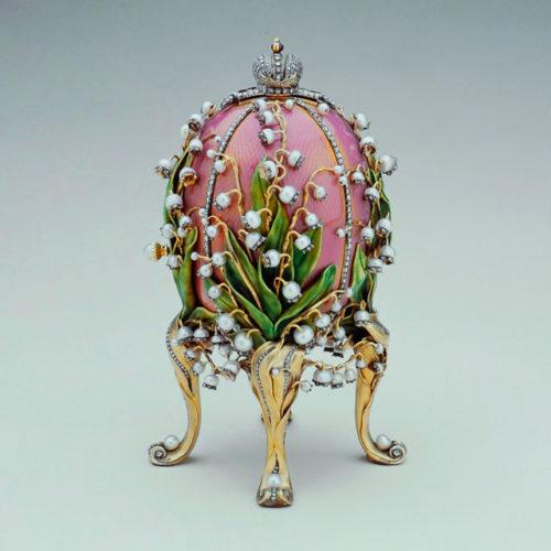 Ovo dos lírios do vale, 1898: este ovo Art Nouveau de esmalte cor-de-rosa guilloché, dado de presente pelo imperador Nicolau II à imperatriz Alexandra Feodorovna,