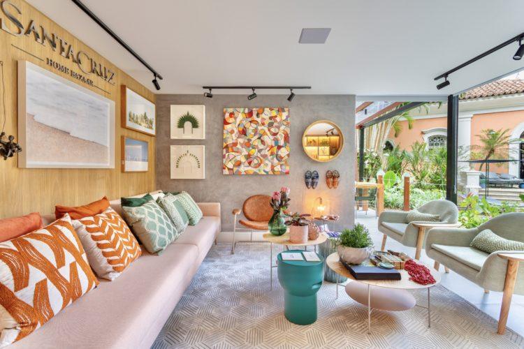 Uma loja na mostra Casa Cor Rio, sofá rosa, parede revestida em madeira.