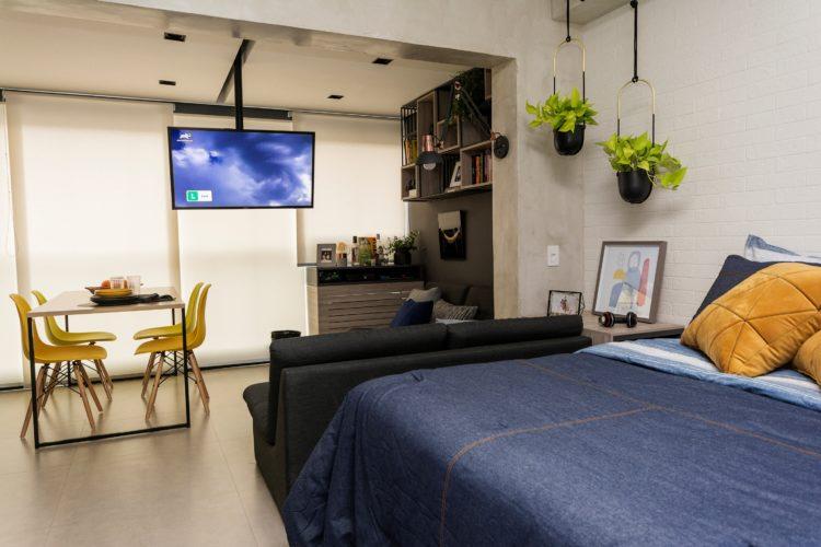 Apartamento integrado, tudo aberto e muito bem organizado. Televisão no teto que gira para todos os lados.