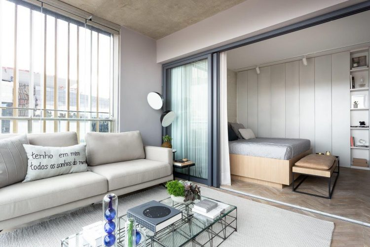 Dicas para imóvel com metragem reduzida, ambiente integrado. O quarto com as esquadrias abertas integra na varanda.