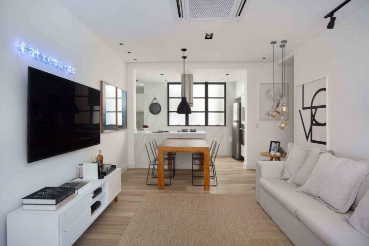 Sala integrada com a cozinha, decoração em tons claros