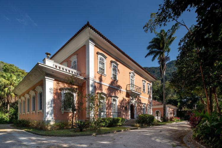 Casa Cor Rio abre no Jardim Botânico, em um casarão no meio da mata atlântica, fachada pintada de rosa