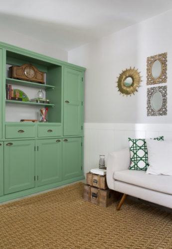 Casa na Freguesia com atmosfera de campo na cidade, armário na cor verde clarinho lembrando estilo Provence