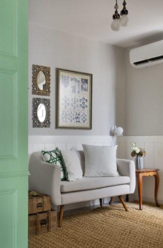Casa na Freguesia com atmosfera de campo na cidade, armário em estilo Provence e em meia parede, lambri branco