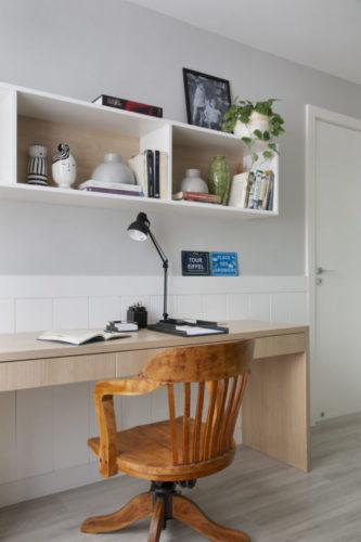 Parede com nicho e bancada, criando um home office, com cadeira antiga em madeira