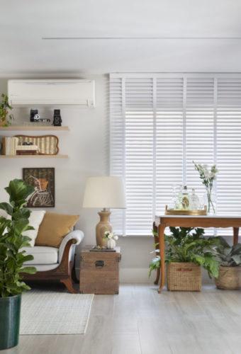 Casa na Freguesia com atmosfera de campo na cidade. piso em réguas de madeira claras, cestos com plantas dentro