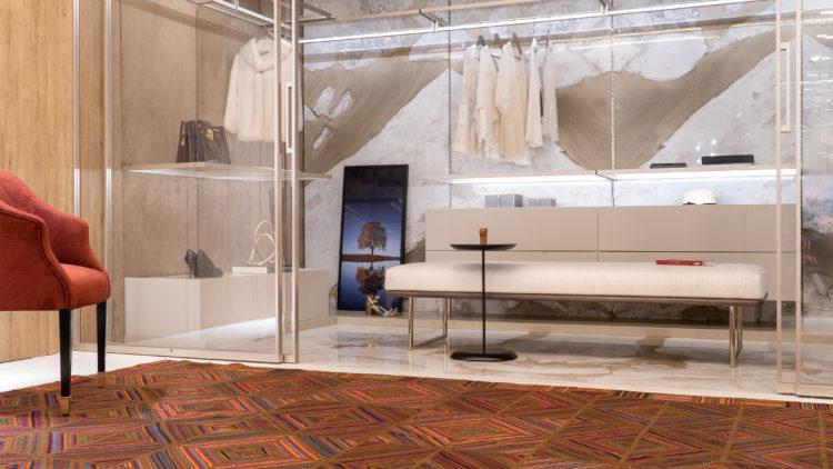 Closet entre paredes, com postas transparentes e cabineiros finos cromados, tudo bem leve