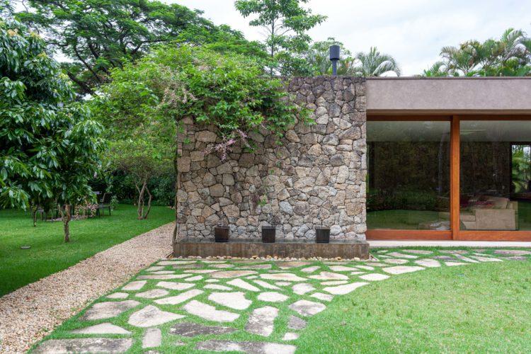Casa anexa a casa principal, com parede de pedra e esquadria em madeira