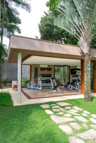 Complexo de lazer de uma família paulistana, pavilhão para academia de ginastica com abertura total das esquadrias.