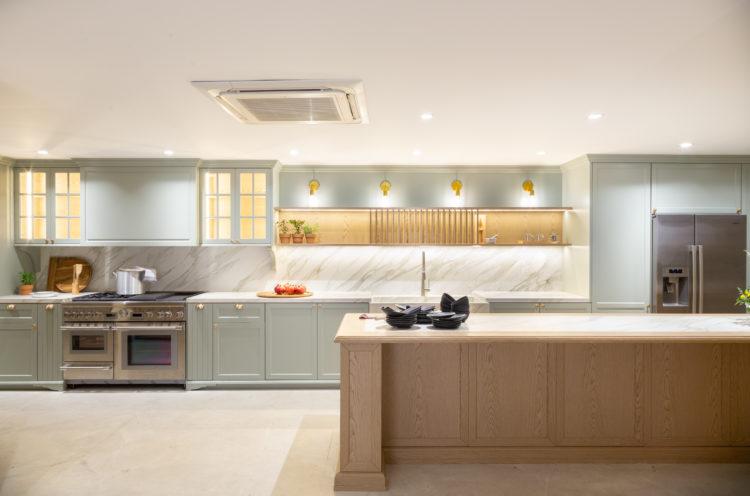 Terceira edição da Mostra Cidad3 em São Paulo, cozinha em estilo provençal, com armários na cor azul clara , projeto de Érica Salgueiro