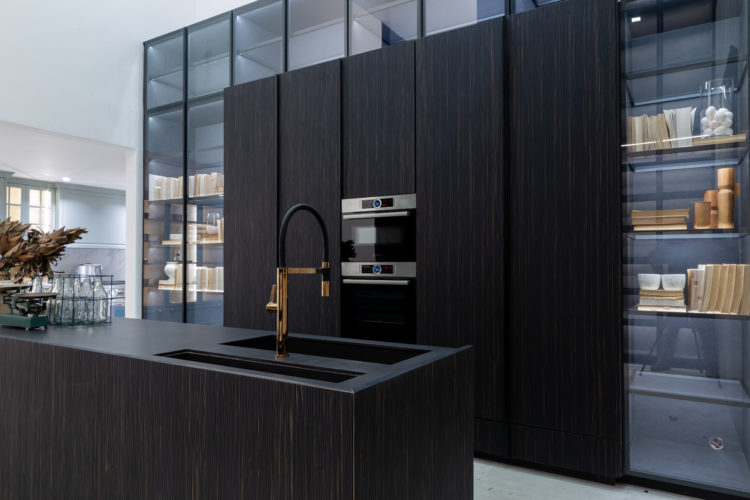 Terceira edição da Mostra Cidad3 em São Paulo, cozinha com armário e bancada preta , projeto Léo Shehtman.