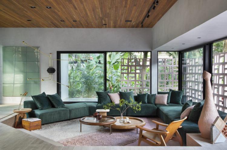 CASACOR RIO 2021 - Loft Contemporâneo. Na parte do estar um rebaixo de piso na forma circular e o piso na cor rosa