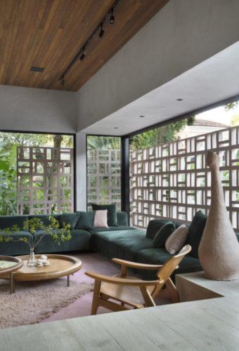 CASACOR RIO 2021 - Loft Contemporâneo. Fachada com cobogós, do lado de dentro sofá verde