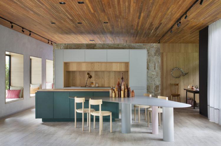 CASACOR RIO 2021 - Loft Contemporâneo. Cozinha no meio do espaço, com geladeira embutida no armario