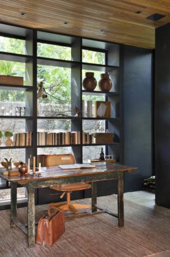 CASACOR RIO 2021 - Loft Contemporâneo. Home office com estante vazada atrás da mesa