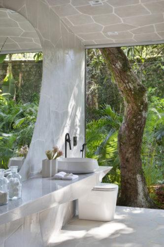 Banheiro aberto para um jardim