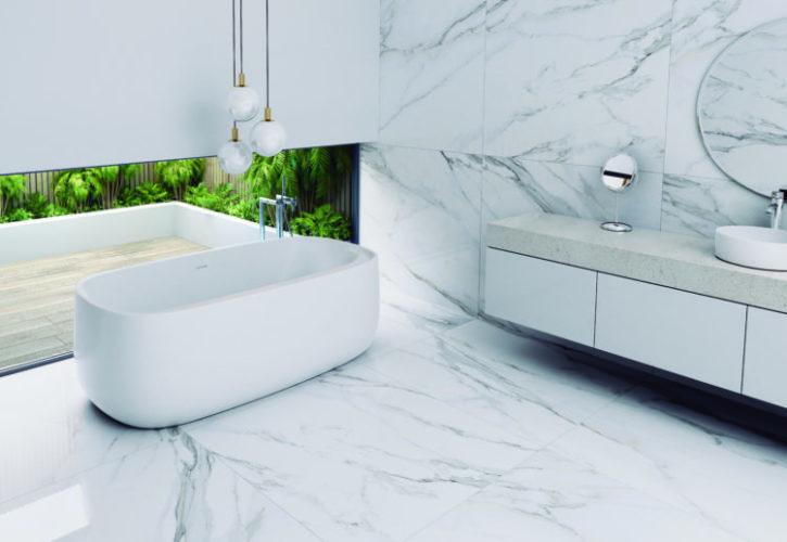 Banheiro todo revestido com porcelanato que imita mármore calacata