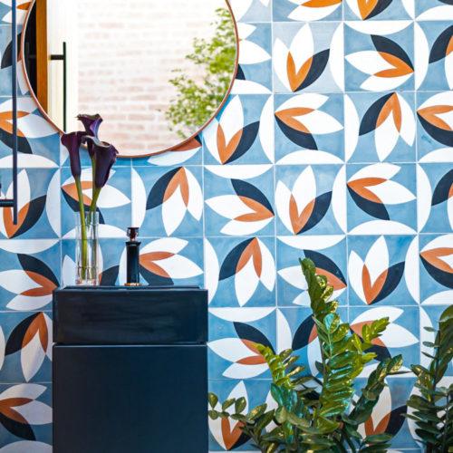 lavabo com a parede revestida de ladrilho hidráulico colorido em azul