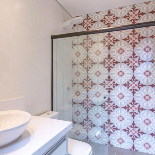Banheiro com a parede do box revestida em ladrilho hidráulico