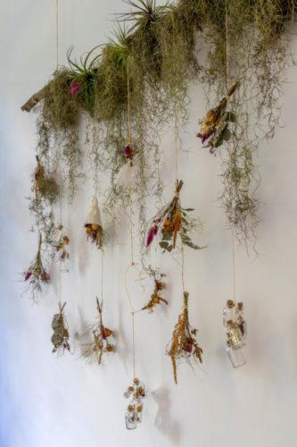 Arranjo de flores e plantas formando um arranjo na parede