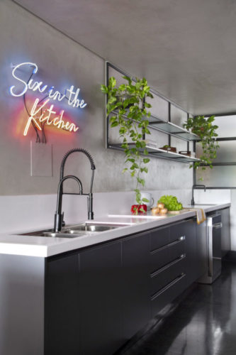 Na parede da cozinha, em cima da cuba, um neon instalado com a frase em inglês: Sex in the Kitchen