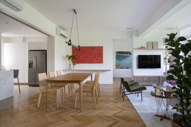 Apartamento no Leblon de 150m2 com sala e cozinha integradas, piso em taco de madeira com paginação chevron,