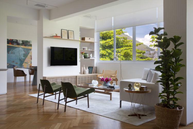 Apartamento no Leblon de 150m2 com sala e cozinha integradas. Sala ampla e clara, com janelões com vista para a copa das arvores