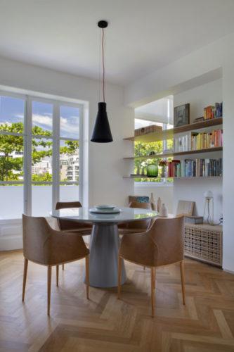 Apartamento no Leblon de 150m2 com sala e cozinha integradas, espaço claro e amplo com as paredes, vigas e tetos pintados de branco.