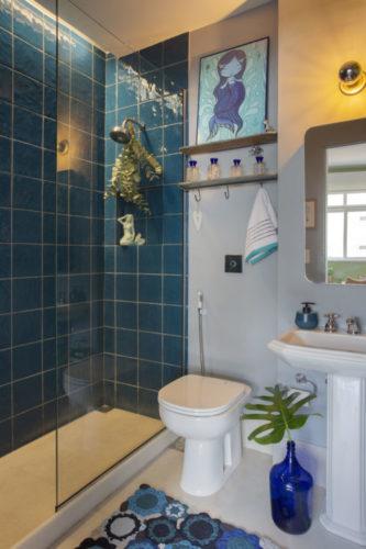 Banheiro com revestimento azulejos azuis