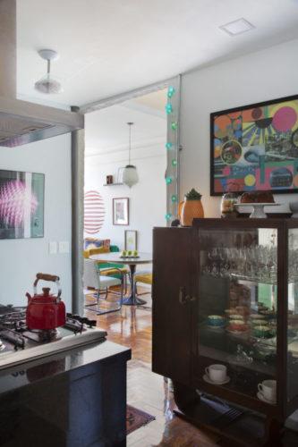 Cozinha com uma cristaleira art decor