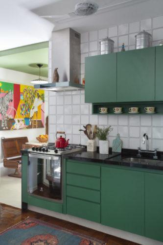 """O estilo """"de tudo um pouco"""" no novo apartamento do arquiteto Francisco Palmeiro. Cozinha com armários na cor verde"""