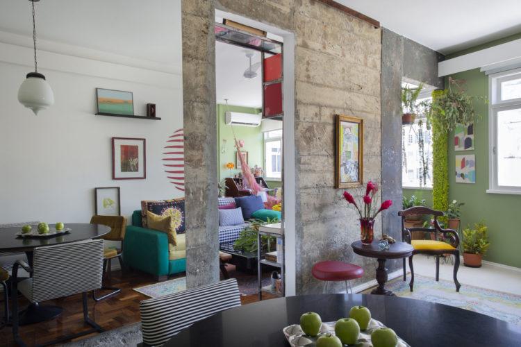 Loft em Copacaba tem paredes descascadas, e outra em concreto