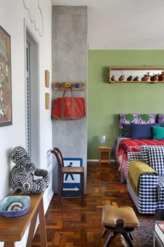 """O estilo """"de tudo um pouco"""" no novo apartamento do arquiteto Francisco Palmeiro. no quarto um pilar em cimento"""