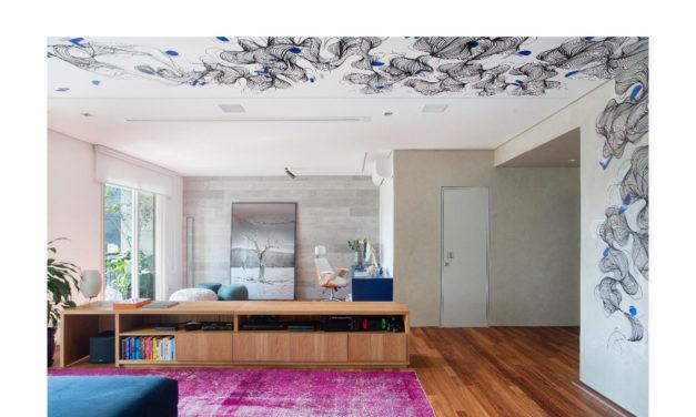 Apartamento com desenho no teto e cozinha rosa choque